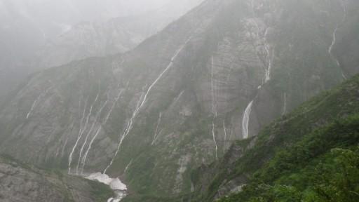 スコールでスラブ帯に無数の滝が出現