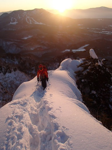 朝日を背に雪稜を行く