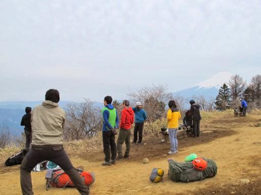 残業組を待ちながら黄昏れるメンバーと富士山