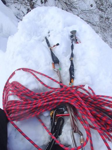 7ピッチ目終了点は立ってられないナイフリッジ上 なんでスタンディングアックスビレイじゃなくて雪でアンカーを取る